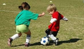 bambini che gioano a calcio_0